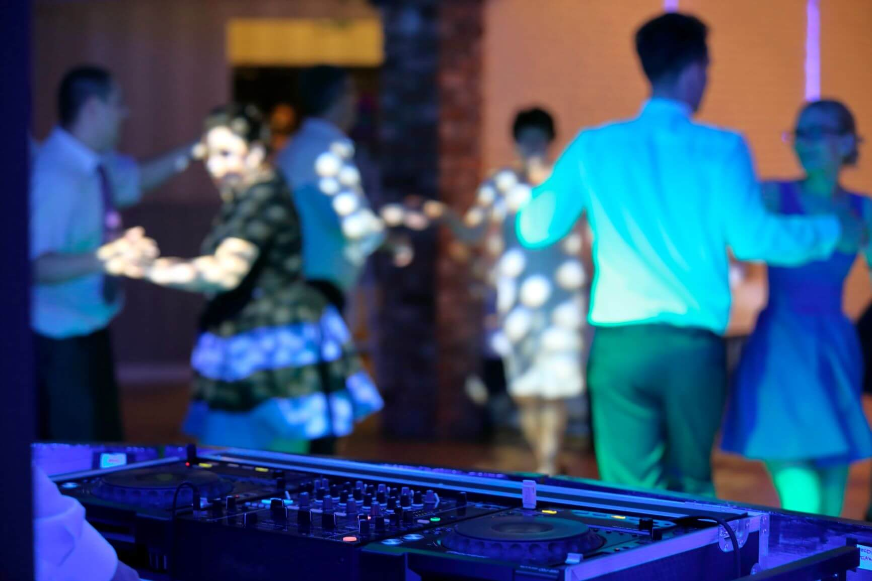 How to Choose Between a DJ or a Live Band